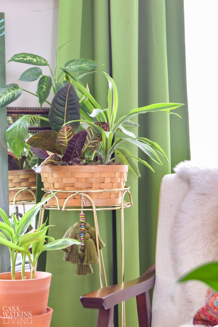 diy tassel decor on plant stand