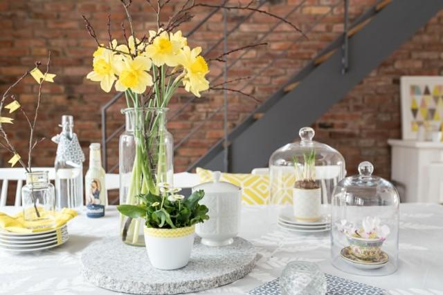 La primavera llega con flores para decorar la mesa