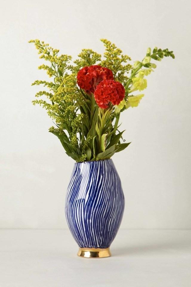 Ramos de flores en jarrones decorativos para la primavera