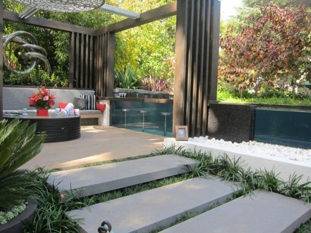 jardin moderno pequeño escaleras piedras