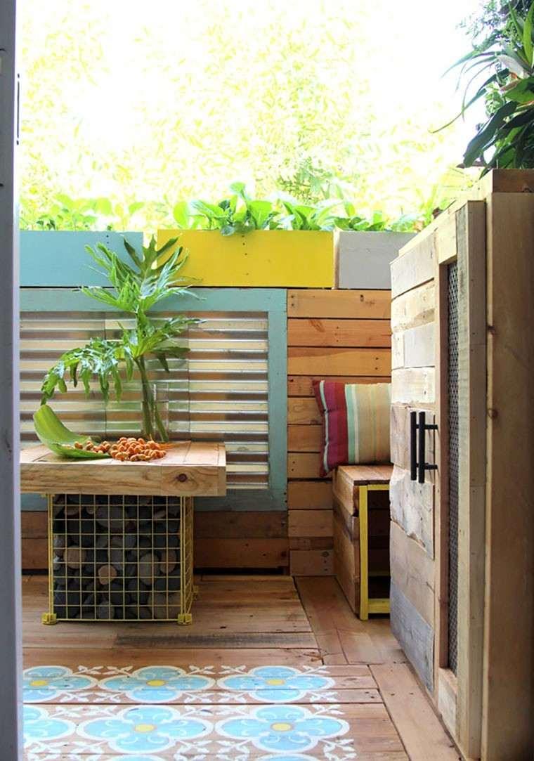 Decoracin con palets de colores vibrantes en el jardn