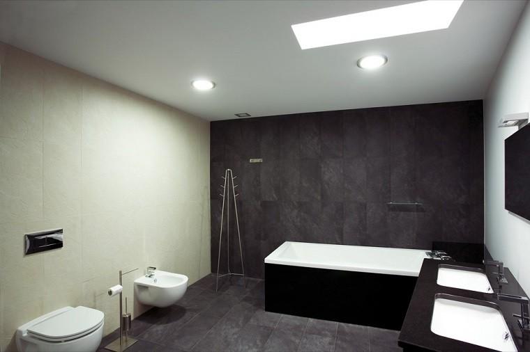baño minimalista pared negra