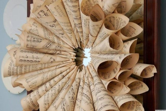 manualidades faciles de hacer flor decorativa partituras viejas