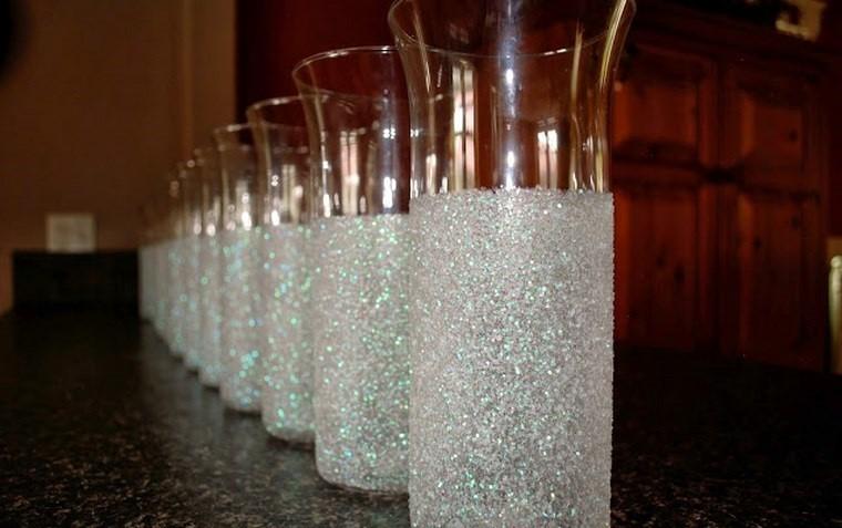Botellas de cristal y tarros convertidos en jarrones 25