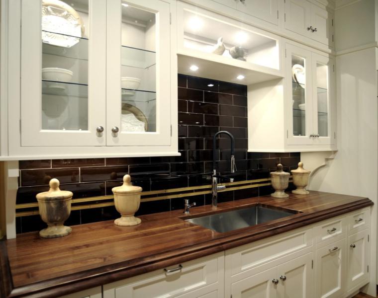 Cocina blanca encimera madera  veinticuatro diseos