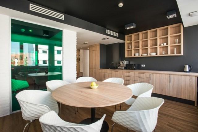 tavanı süsle siyah duvar mutfak fikirleri