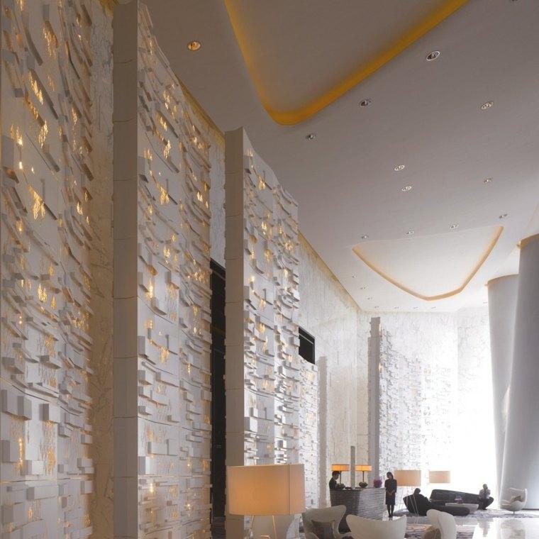 Paredes decoradas con piedra e iluminacin indirecta