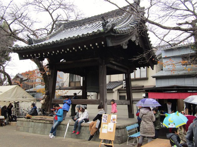 The light rain didn't stop anyone from enjoying the market, but the roof over the Renkeiji Temple bell tower did become quite popular