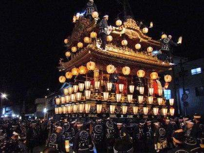 """At the intersection near Ohanabatake Station, the floats are rotated in the shape of the の (""""no"""") character in a performance called nonoji mawashi (""""turned in the shape of no"""")."""