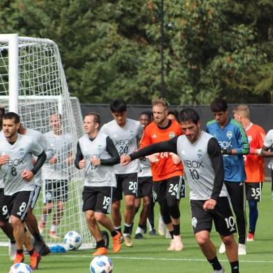 Sounders take a lap around the pitch. ( Cascadiasports.net)
