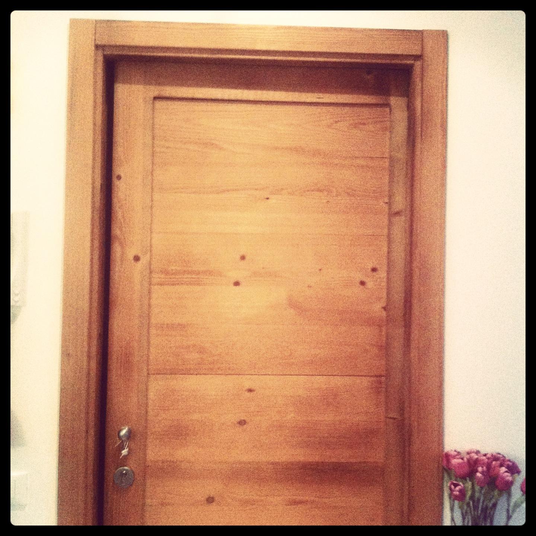Porte in legno naturale di abete con effetto bruciato