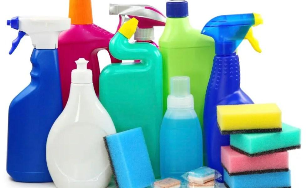 Solutii de curatat care nu trebuie folosite cu mainile goale acasa