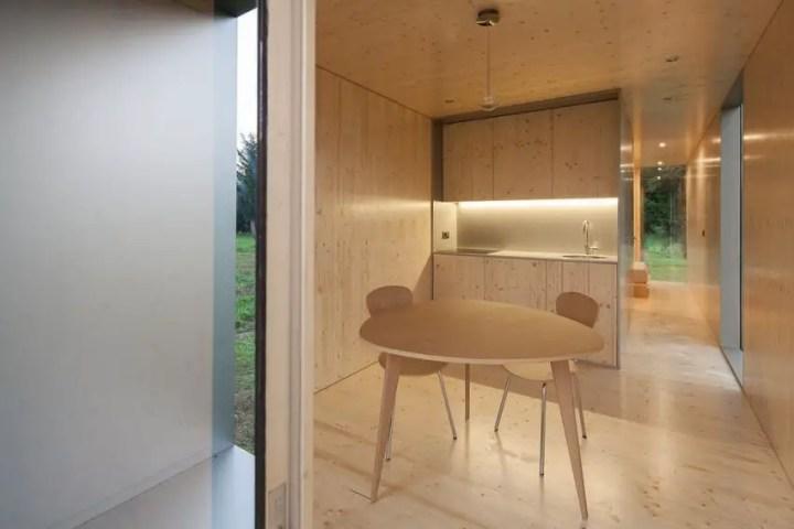 Casa modulara plutitoare - interioare deschise, imbracate in lemn de pin