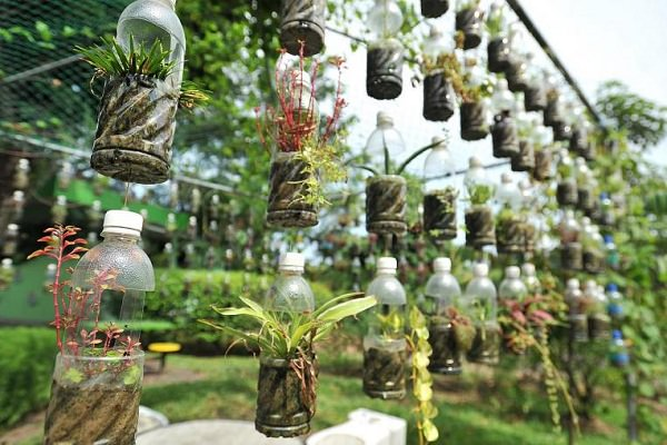 gradini verticale din peturi Plastic bottle vertical garden ideas 7