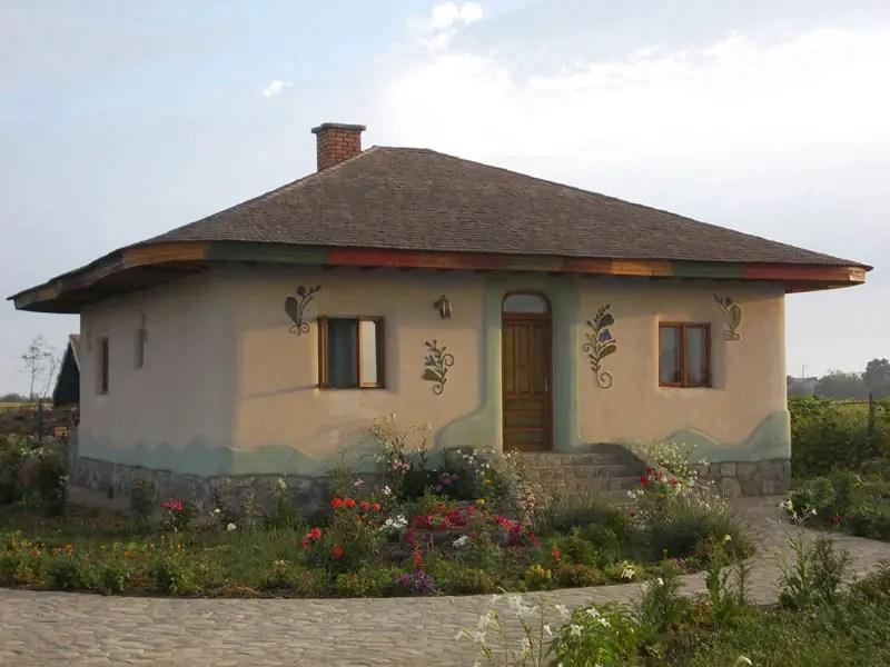 Casa de lut FOTO: poianaflorilor.org