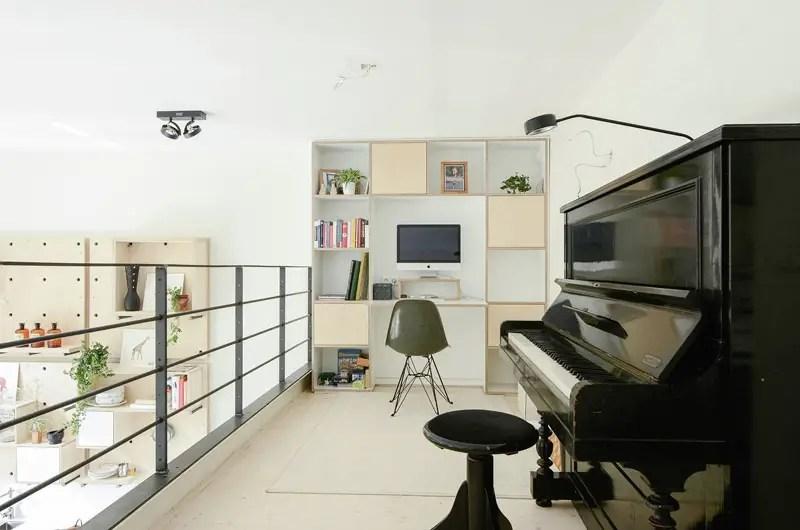 Apartamentul din vechea scoala - platforma din living, care contopeste spatiul de lucru si de recreere