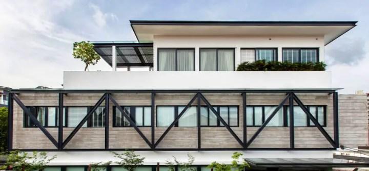 Casa ingusta- design geometric, cu sine de metal la exterior si interior