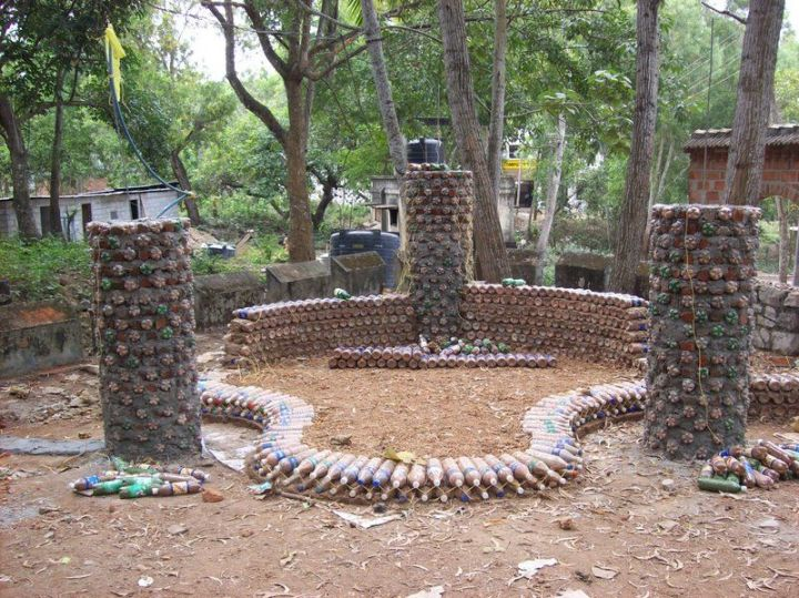 constructia unei case din pet-uri building a house with plastic bottles 4