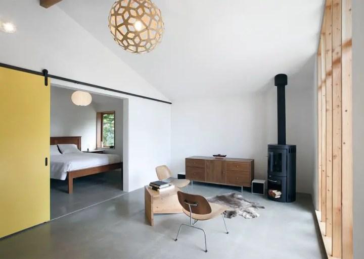Un grajd transformat intr-o casa de oaspeti - fatade transparente si interioare minimaliste