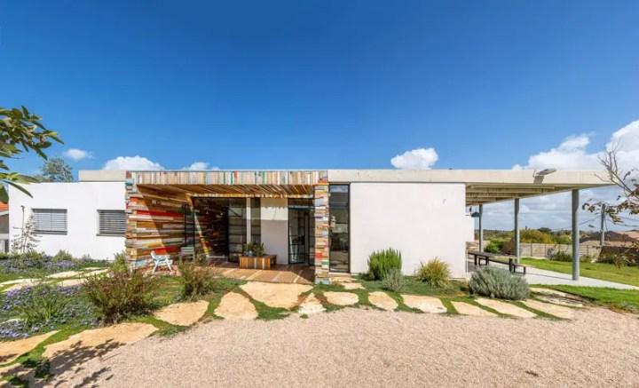 Casa cu fatade din lemn refolosit - forme, culoare, tipare si contraste dinamice