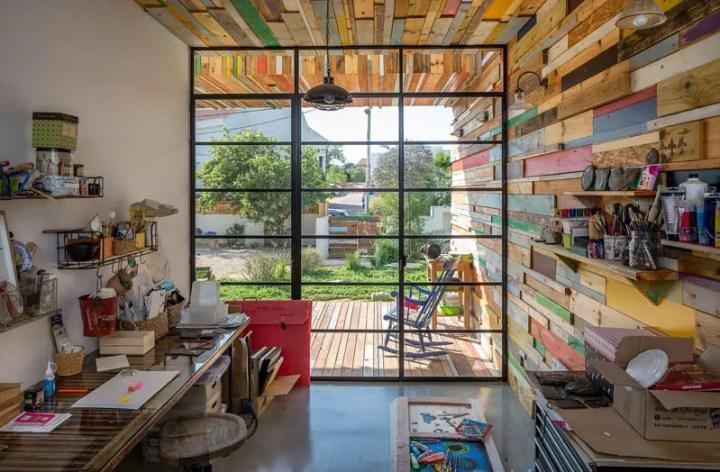 Casa cu fatade din lemn refolosit - peretii exteriori se preling si in interior