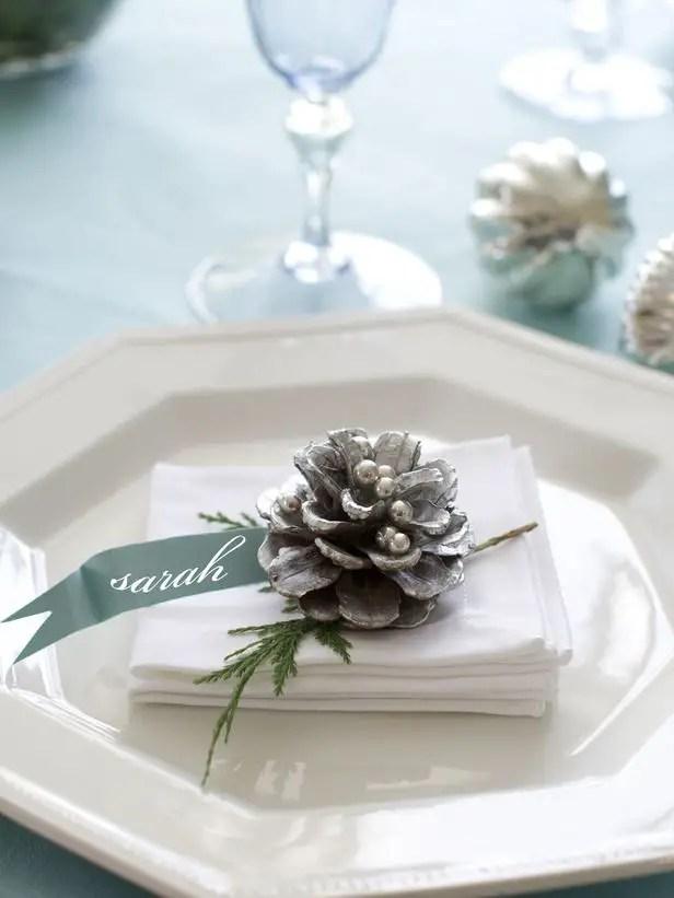 decoratiuni de iarna din conuri de brad vopsite 5