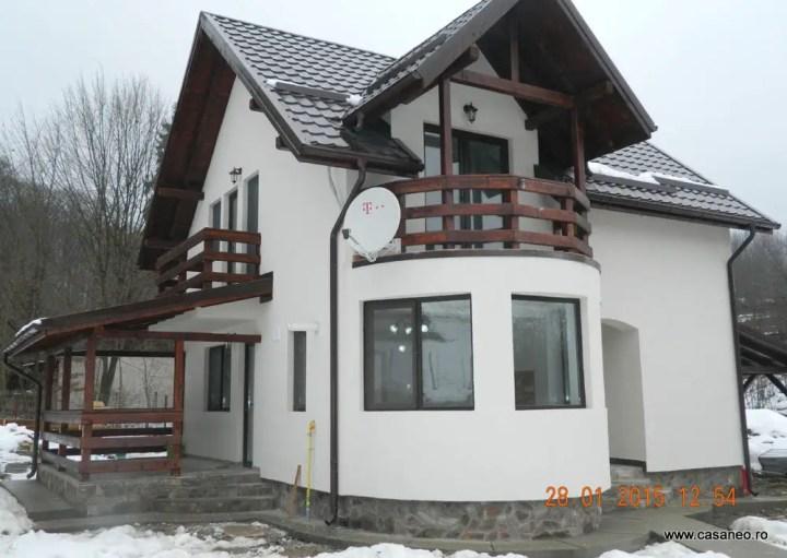 case cu balcon rotund