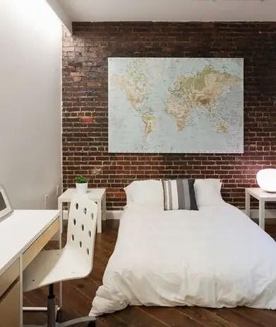 camera cu perete din caramida