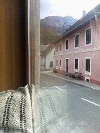 Pogled skozi okno vleče v gore.