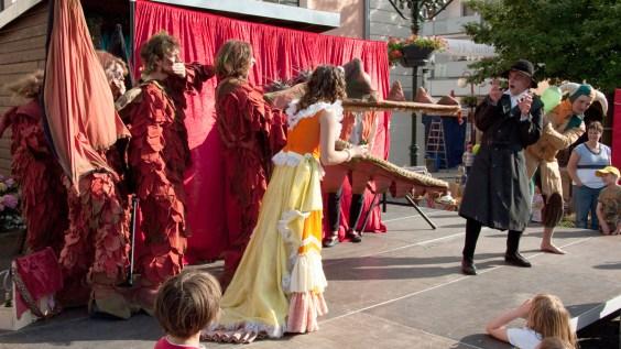 Die Prinzessin und der Drache stellen Doktor Grimm