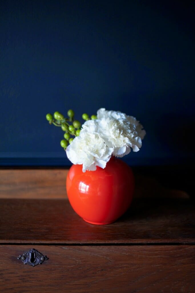 The-Makerista-Spring-House-Tour-Flowers-Blue-Black-Farrow-and-Ball-Poppy-Vase-Carnations