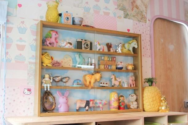 diy display cabinet makeover for vintage caravan_-25