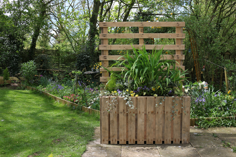 Garden DIY: Upcycled pallet planter & patio privacy screen