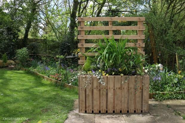 DIY Upcycled pallet planter & privacy screen on vermont garden, newcastle garden, amsterdam garden, paris garden,