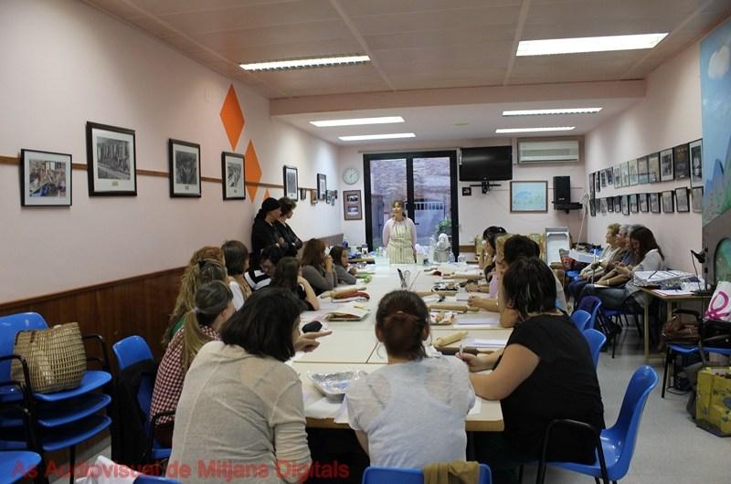 Una vintena de dones fan un taller de cupcakes de Halloween