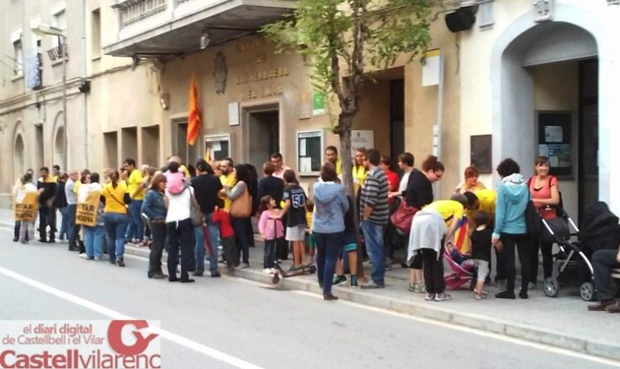 Un mig centenar de persones es concentren davant de l'Ajuntament de Castellbell i el Vilar, en resposta al Tribunal Constitucional