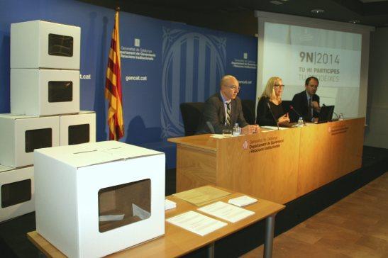 La vicepresidenta de la Generalitat Joana Ortega amb les urnes del nou 9 -N