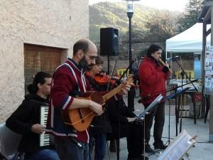 """El grup de folk castellvilarenc """" D´aquí i d´allà ha tancat els actes de la fira  Fotos Alex Bagant"""