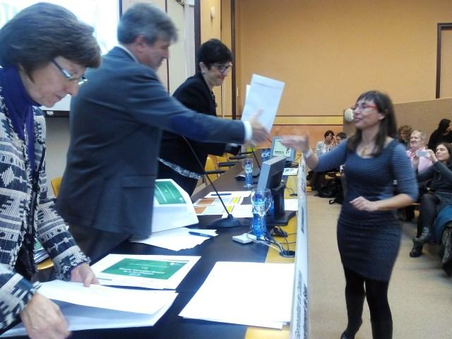 Antònia Raich, psicòloga i responsable del programa de Tabaquisme d'Althaia recollint l'acreditació