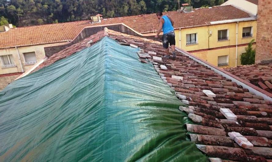Cedeix una part d´una encavallada de la teulada de l´Ajuntament de Castellbell i el Vilar .