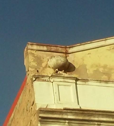 Es despren una pedra de la façana del Casino Borràs a Castellbell i el Vilar .