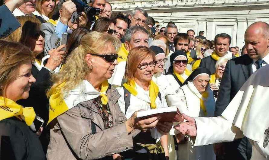 """Una veina de Castellbell i el Vilar,lliura al Papa Francesc,el llibre """"Ignasi Ribera i Rovira, un gran periodista nascut a Castellbell i el Vilar. (1880-1942)"""""""