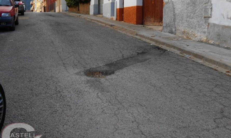 El mal estat del ferm, al començament del Carrer Joan Grau, cruïlla Camí del puig (Castellbell i el Vilar), un perill per les persones .