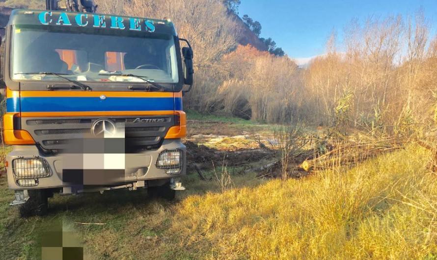 Retiren la llenya que hi havia al marge del Riu Llobregat a la Bauma (Castellbell i el Vilar)