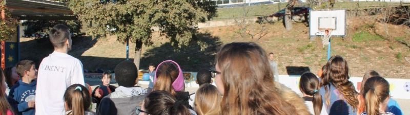 Els jugadors del Basquet Manresa Aranitovic i Belemene visiten l'escola Jaume Balmes, de Castellbell i el Vilar.