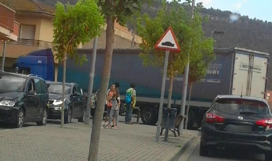 Un camió-tràiler queda gairebé atrapat a l'avinguda Catalunya de Castellbell i el Vilar.