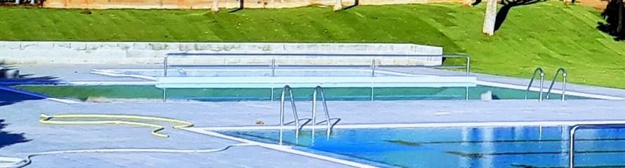 Col·loquen la gespa a la piscina municipal de Castellbell i el Vilar a pocs dies de la inauguració de les obres de millora.