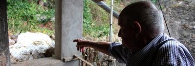 Un veí del Barri de la Bauma (Castellbell i el Vilar) es queixa de que li aboquin runa a casa seva.