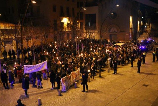 Dos milers de dones es manifesten a Manresa en contra de les violacions dels últims dies