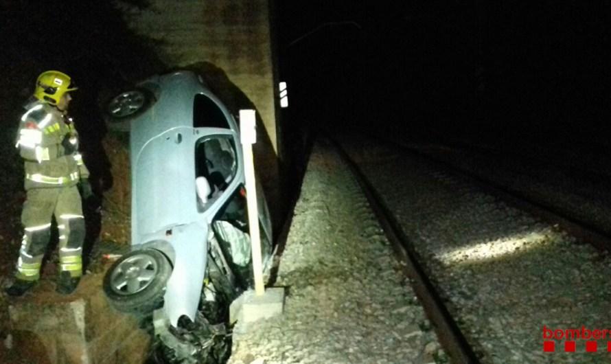 Cau un cotxe a prop de la vía del tren